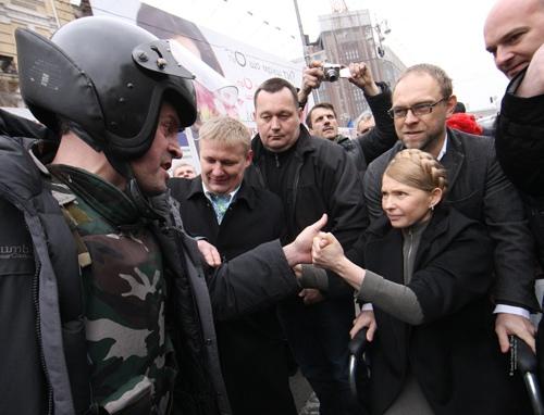 Тимошенко приехала в палаточный городок под Печерским судом