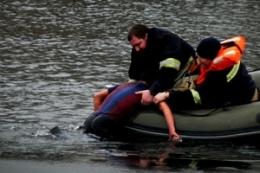 Рыбаку стало плохо с сердцем и он выпал из лодки