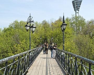 На Парковой аллее начался ремонт моста влюбленных