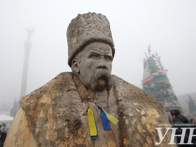 На Майдане появился деревянный Шевченко