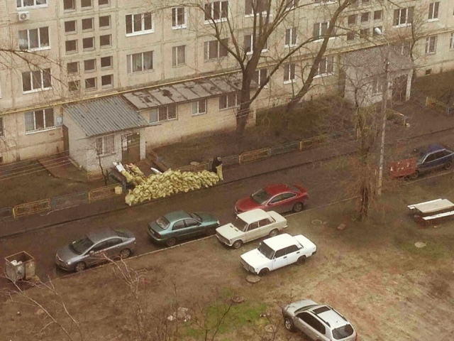 Житель Оболони построил баррикаду из строительного мусора