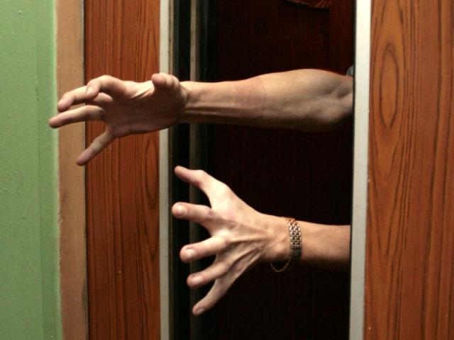 На Оболони злодей решился на преступление в тесном лифте