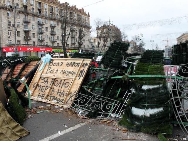 Активисты на Майдане не позволили коммунальщикам разобрать баррикаду