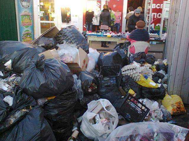 Киевские продавцы торгуют продуктами почти из-под груды мусора