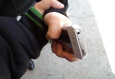 В магазине на проспекте Л.Курбаса покупатель украл мобильный телефон