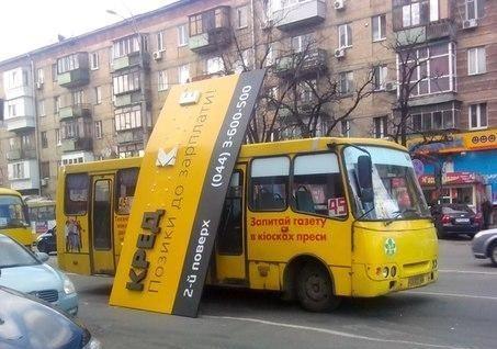 """В Киеве маршрутку """"прибило"""" рекламной вывеской"""