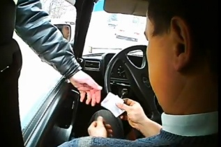 На Киевщине инспектор ГАИ получил взятку в размере 5000 гривен