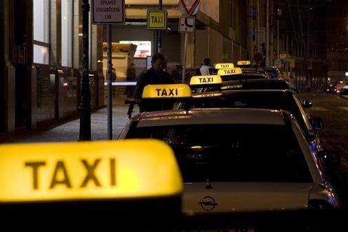 Таксист избил грузчика, который хотел помочь девушке завести машину