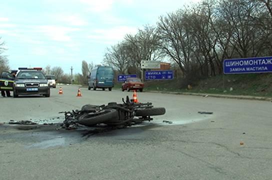 На Киевщине водитель авто, перестраиваясь в левый ряд, убил мотоциклиста