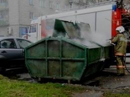 В Киеве горел мусорный контейнер, а пострадал автомобиль