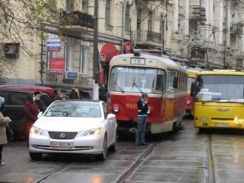 """На ул. Дмитриевской водила на """"Лексусе"""" заблокировал движение трамваев"""