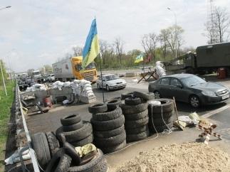 На въездах в Киев появились самодельные баррикады