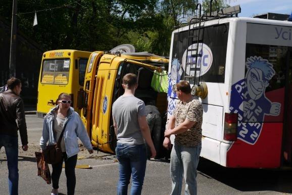 """ДТП на Куреневке: неуправляемый """"КАМАЗ"""" врезался в троллейбус с детьми"""