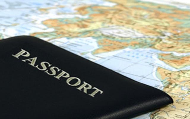 Киевляне оформляют загранпаспорта и бегут за границу