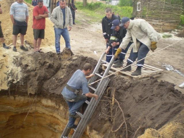 """Под Киевом оползень """"похоронил"""" строителя на глубине 10 метров"""