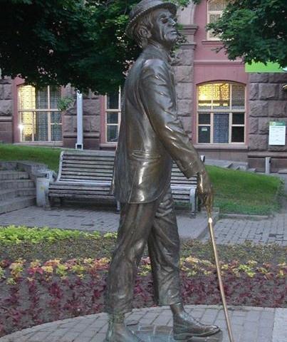 Памятнику Паниковскому в Киеве вернули тросточку