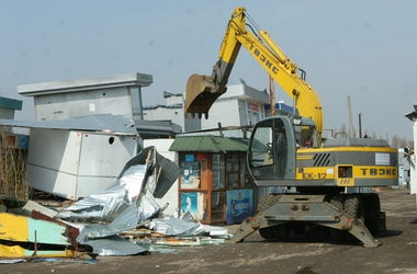 На Оболонском проспекте демонтировали несколько МАФов