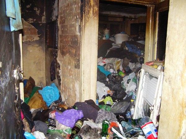 В заваленной хламом квартире погибла одинокая бабушка