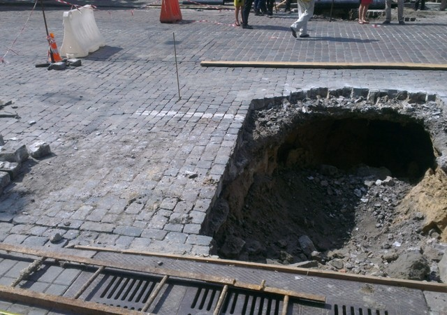 В центре Киева обвалился асфальт. Движение транспорта перекрыто