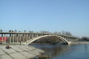 Киевские спасатели ищут тело юноши, который прыгнул в Днепр с Венецианского моста
