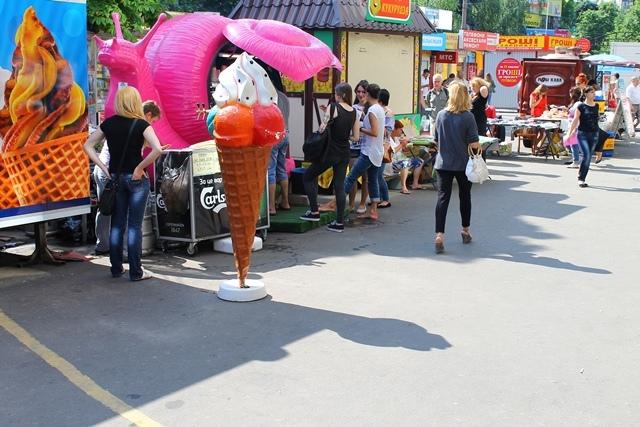 Киевские МАФы продолжают оставаться у станций метро