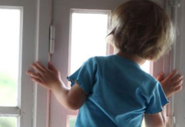 На Киевщине пьяный изверг выбросил ребенка из окна многоэтажки