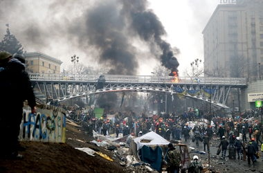 В Киеве девушка подтолкнула парня прыгнуть с моста на Майдане