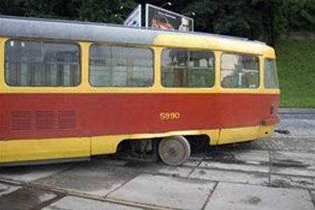 На Броварском проспекте с рельс сошел трамвай