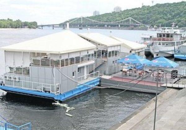 В Киеве на Днепре снова хотят разместить плавучий отель