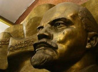 """Ленин всегда живой: на станции """"Театральная"""" памятник вождю пока не снесут"""