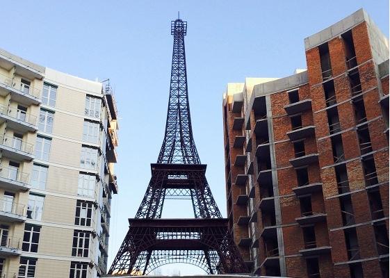 В центре Киева появился символ Парижа - Эйфелева башня
