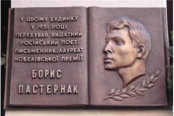 """Киевские вандалы """"ускорили"""" декоммунизацию"""