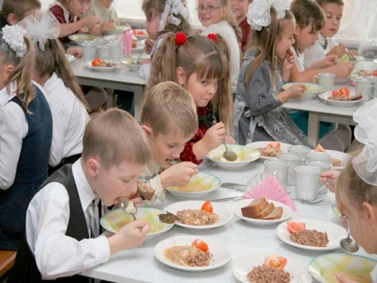 Ученики 1-4 классов продолжат бесплатно завтракать в школах