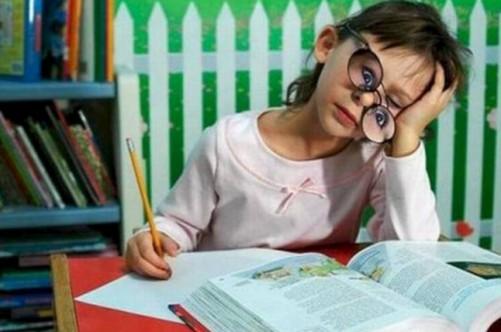 Киевским школьникам будут больше задавать уроков