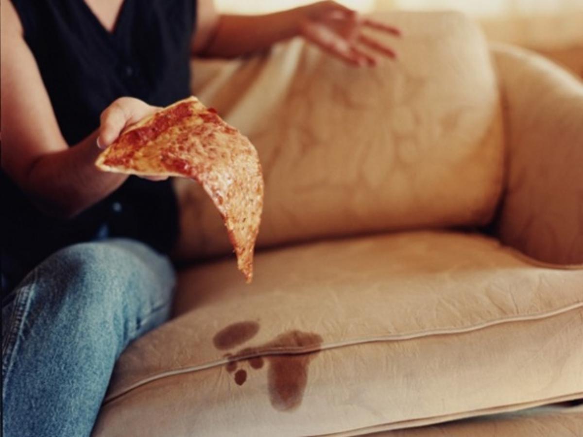 Почему пятна на диванах следует удалять мгновенно?
