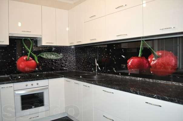 Белая кухня со стеклянным фартуком