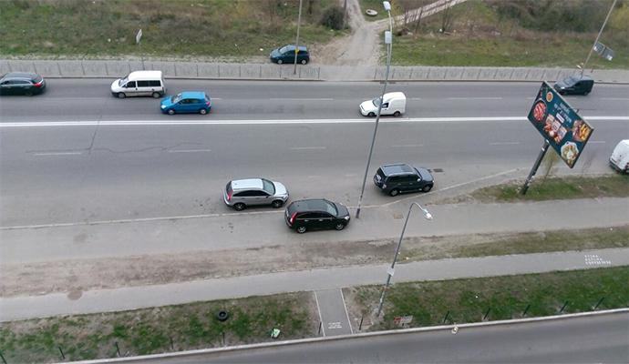 """На Позняках герой парковки """"грамотно"""" освободил проезжую часть"""