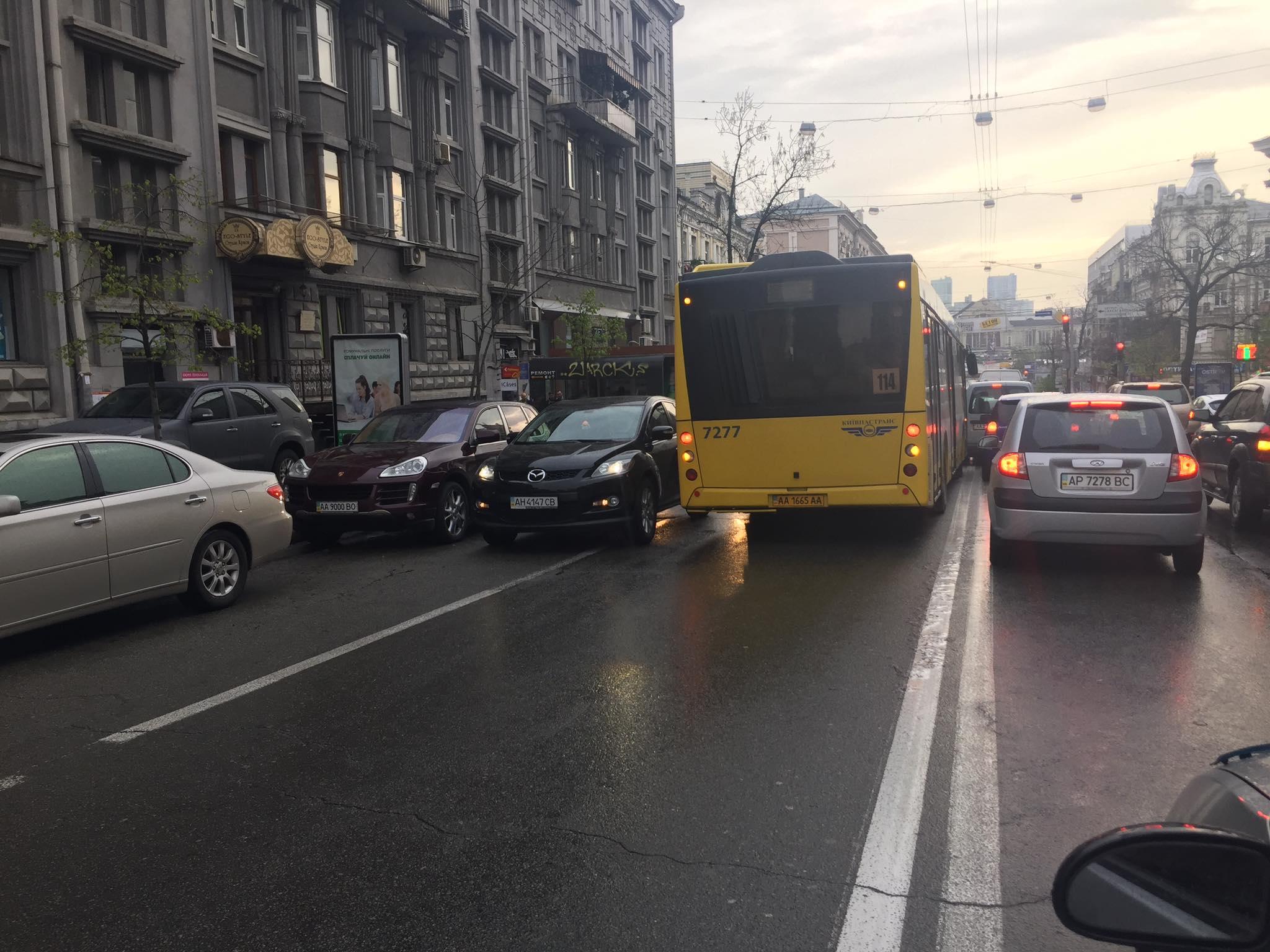 В Киеве засекли автобус, который ехал по встречке