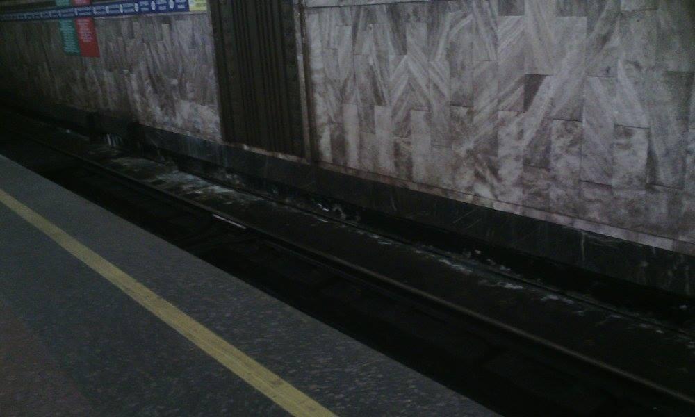 """Станция """"Героев Днепра"""" снова протекает - жители Оболони"""