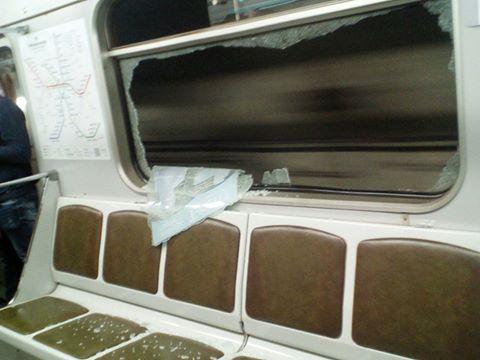 Поедем с ветерком: в вагоне метро вандалы выбили стекло