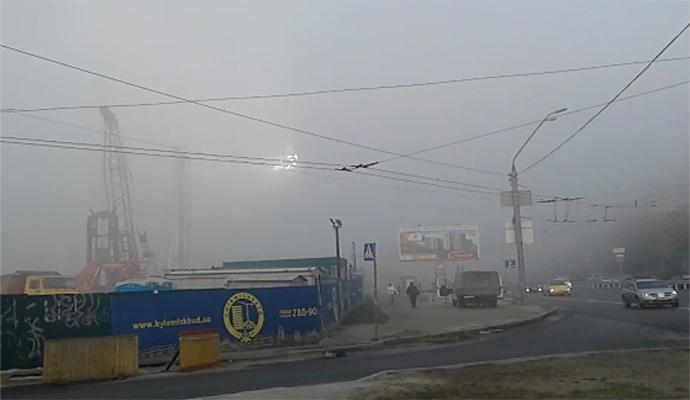 """Туман в Киеве """"растворял"""" автомобили в дымке"""