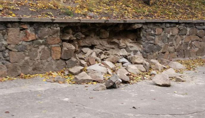 На Глубочицком проезде частично обрушилось укрепление склона
