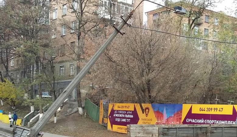 """В Киеве грузовик вырвал """"с корнями"""" столб электроопоры"""