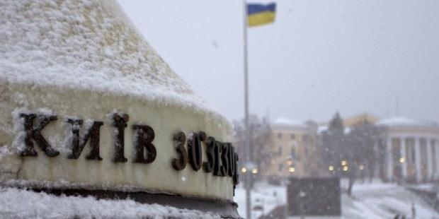 Киевлянам рекомендуют переждать метель у себя дома