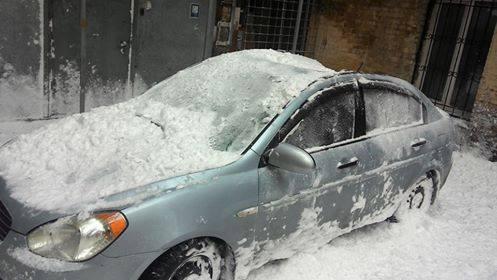 Глыба снега разбила припаркованный автомобиль