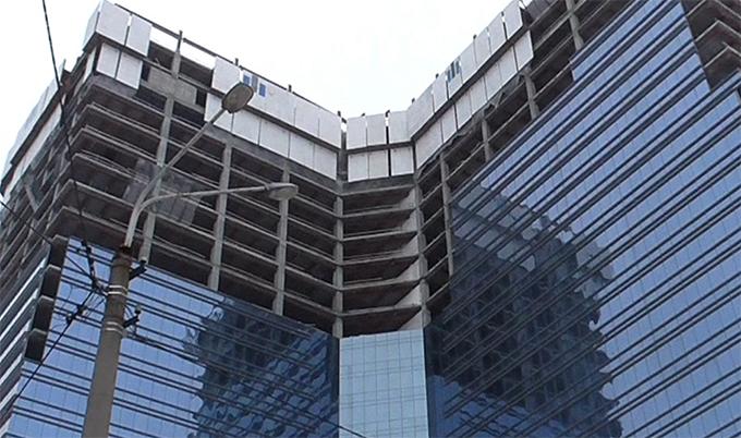 Возле Центрального ЗАГСа ветшает и разрушается офис-центр