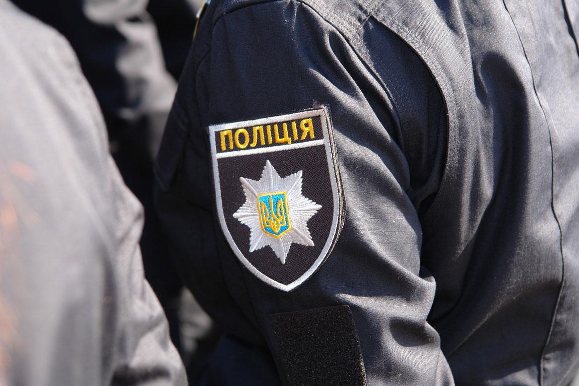 Пьяная компания напала в Киеве на девушку-копа