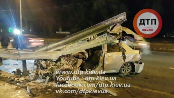 Возле Ипподрома в Киеве разорвало легковой автомобиль