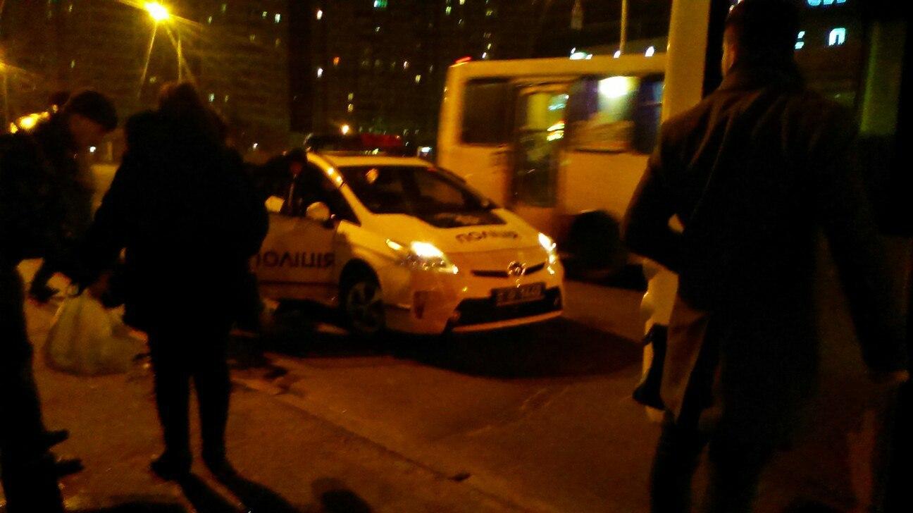 Пьяный пассажир выпал из троллейбуса на Троещине