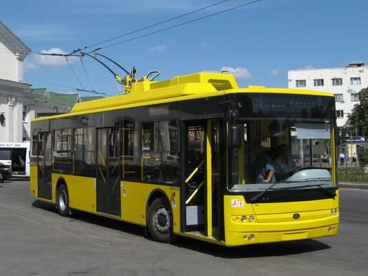 На Троещине напополам разломался тролейбус